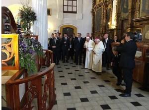 El Papa Francisco frente a la tumba de jTatik