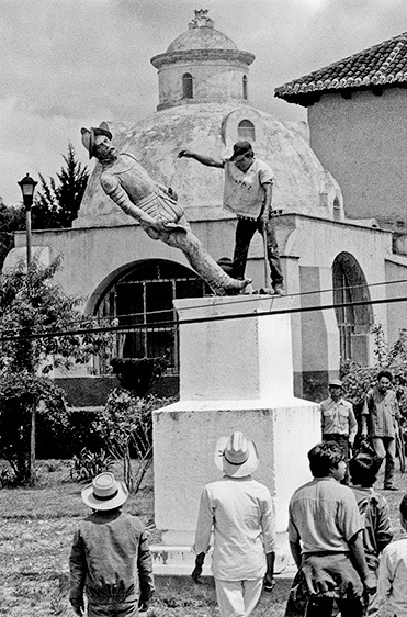 Derribo de la estatua de Diego de Mazariegos, 1992. Antonio Turok