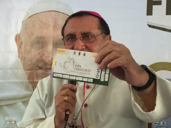 El azobispo Martínez Casillas exhibe el boleto que dará ingreso para ver y estar con el Papa el lunes 15