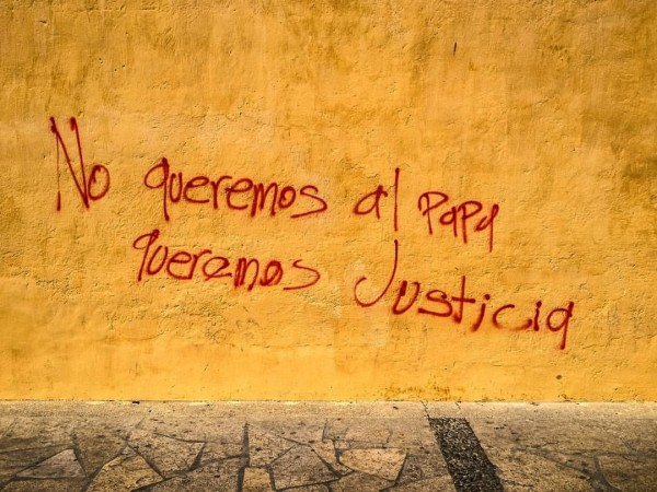 Pinta de manifestantes, en una de las paredes de la Catedral de San Cristóbal de las Casas. Foto: Cortesía