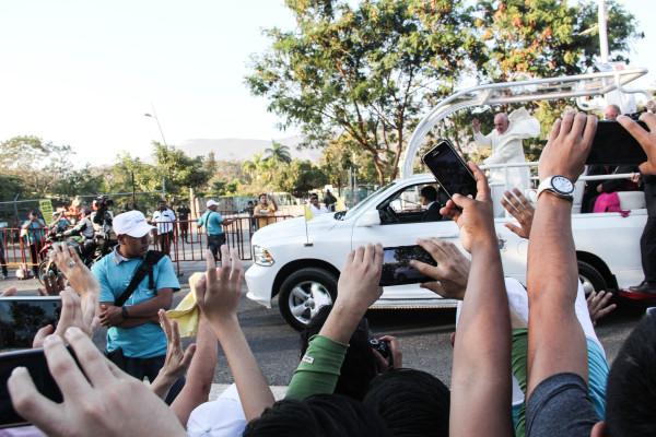 El Papa Franscisco recorrió algunas calles de Tuxtla en el papamóvil. Foto: Francisco López Veláquez/ Chiapas PARALELO.