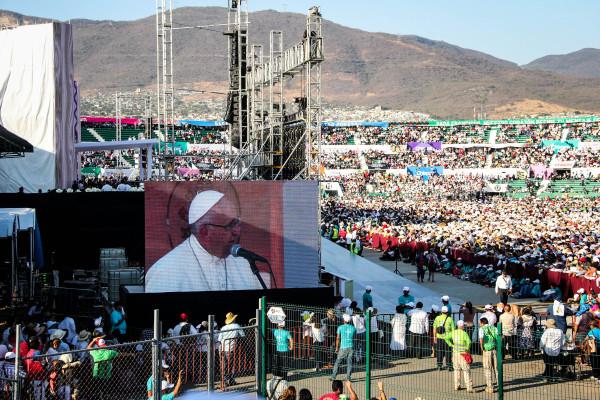 El Papa en las pantallas colocadas en el estadio. Foto: Francisco López Velásquez/ Chiapas PARALELO.