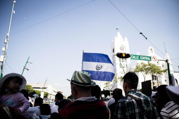 La bandera del Salvador en la visita del Papa a Tuxtla. Foto: Francisco López Velásquez/Chiapas PARALELO.