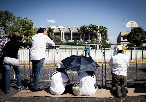 En espera del recorrido del Papa por la avenida central. Foto: Francisco López Velásquez/ Chiapas PARALELO.