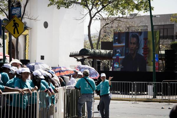 Durante la espera del recorrido del Papa. Foto: Francisco López Velásquez/ Chiapas PARALELO.