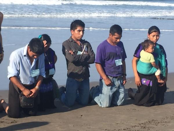 Rezo del pueblo creyente durante reunión para la defensa de su tierra y territorio. Foto. Ángeles Mariscal
