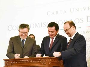 Jaime Valls, secretario general de Anuies, y el secretario de gobernación, firman carta de respeto a derechos humanos