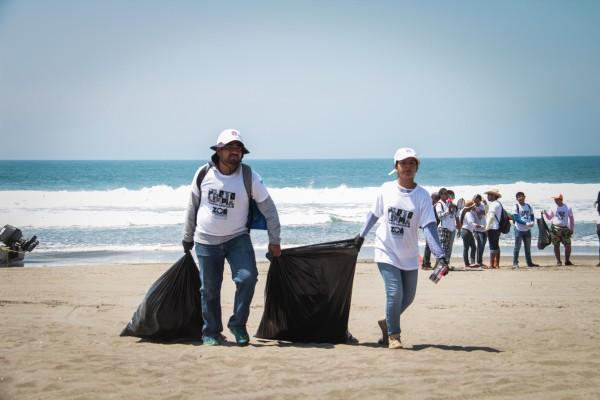 Alrededor de 200 brigadistas participan en la campaña #PlayaLimpia. Foto: Roberto Ortiz/Chiapas PARALELO.