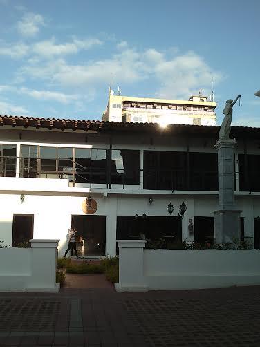 La sobriedad  de Café Urbano trae la reminiscencia de la antigua  casa  tuxtleca de  amplios corredores. Foto: Cortesía