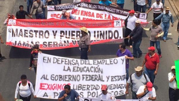 Marchan miles de maestros en la capital del estado de Chiapas