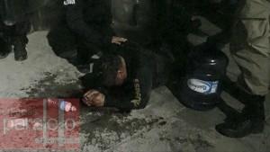 Un policía estatal resultó herido al ser atrapado y le dieron un garrotazo en la cabeza.