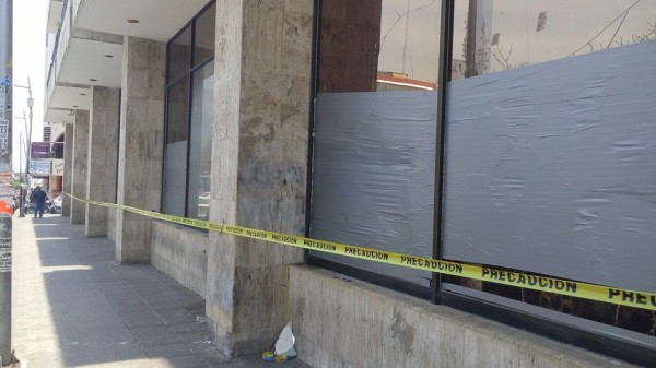 Los daños que dejó el enfrentamiento entre habitantes de Chenalhó y policías estatales y municipales el pasado martes por la noche continúan en el edificio legislativo. Foto: Sandra de los Santos/ Chiapas PARALELO.