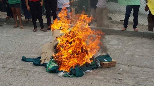 Queman uniformes escolares en Chiapas durante protesta