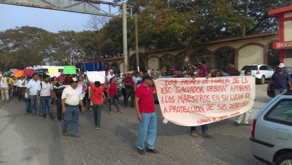 Marchan maestros y padres de familia el jueves en Simojovel.