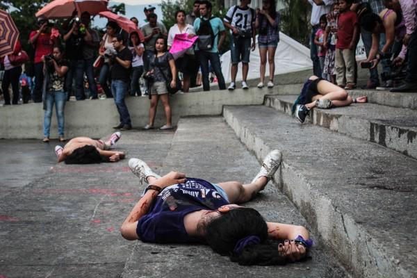 Al finalizar la marcha hicieron un performance afuera de Palacio de Gobierno para representar los feminicidios. Foto: Roberto Ortiz/ Chiapas PARALELO.