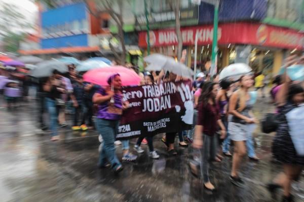 En la última parte de la marcha cayó la primera lluvia del año en Tuxtla. Foto: Roberto Ortíz/ Chiapas PARALELO.