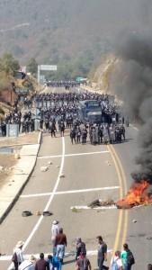 Confrontación a la entrada de San Cristóbal de las Casas. Foto: Fredy Guillén