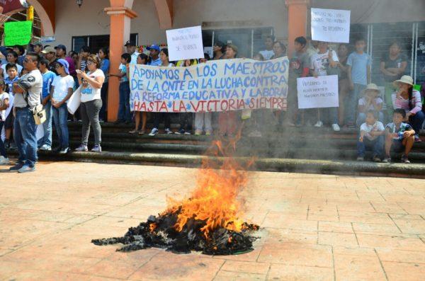 Más de 500 pobladores se apoderan de las principales avenidas y queman uniformes en la plaza central de este municipio, en respaldo a la lucha magisterial