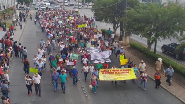 Marchan padres de familia en apoyo a maestros