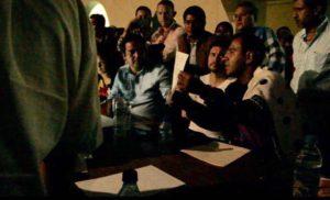 Ramírez Aguilar les exhibe el nombramiento oficial para el nuevo alcalde
