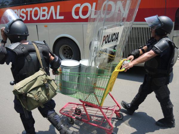 Policías trasladan en un carrito de supermercado los contenedores de las bombas de gas, para lanzarlas contra maestros manifestantes durante el operativo del miércoles 25 de mayo. Foto: Raúl Vera
