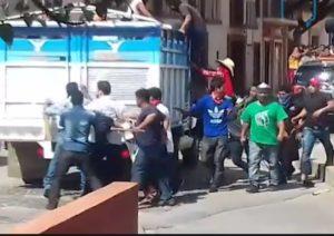 El momento en que suben al diputado Carlos Penagos Vargas a una camioneta de redilas rumbo a Chenalhó.