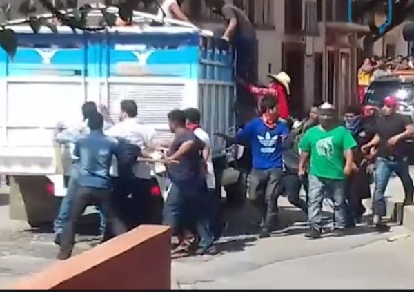 El momento en que suben a los diputados Carlos Penagos Vargas y Eduardo Ramírez Aguilar a una camioneta de redilas rumbo a Chenalhó.