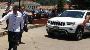 El momento en que Eduardo Ramírez Aguilar había llegado esta mañana a la Curia Diocesana de San Cristóbal de Las Casas, de donde fue sacado de forma violenta.