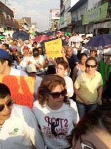 Madres y padres de familia con sus hijos marcharon hoy en apoyo a los maestros y repudio a las fuerzas federales.