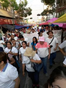 La marcha de blanco de madres y padres de familia en Tuxtla
