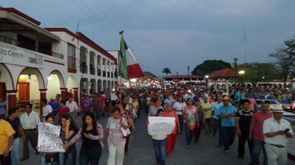 Marcha en Chiapa de Corzo de padres y madres de familia para exigir la salida de esa ciudad de los Policías Federales.