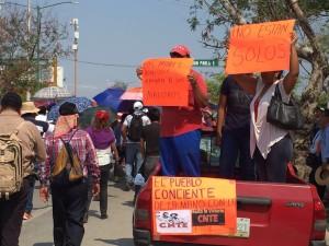 Durante la marcha, integrantes de la CNTE reciben apoyo de ciudadanos/as. Foto: Isaín Mandujano/Chiapas Paralelo