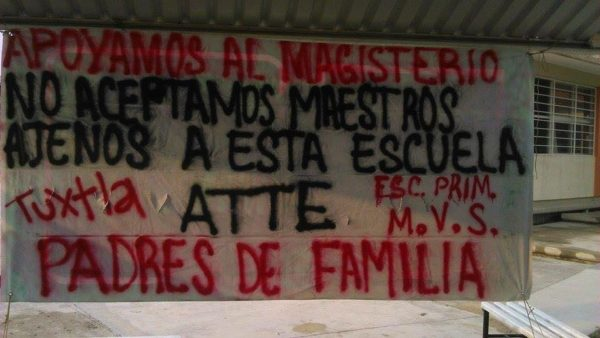 Manta de padres de familia. Foto: Chiapas Paralelo.