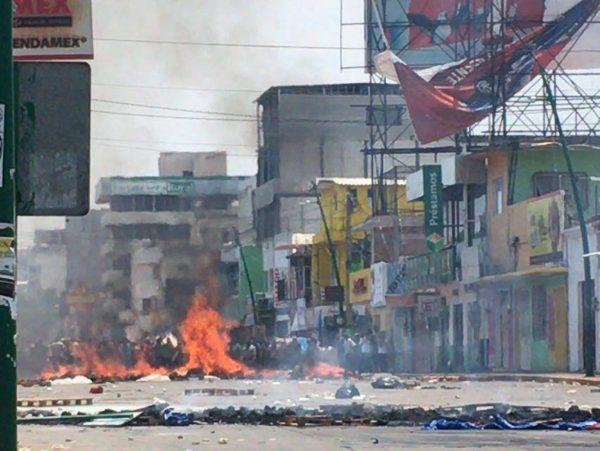 Policías cercaron a maestros hasta la zona centro de la capital de Chiapas. Foto: Raúl Vera.