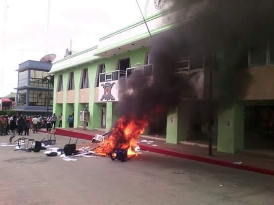 Así ardió la papelería y el mobiliario en la presidencia municipal de Palenque