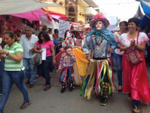 Hasta los danzantes coitecos llegaron para apoyar a los docentes.