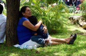 Una profesora y su pequeño hijo aguardan en los jardines del Parque de la Marimba la salida de su convoy a la Ciudad de México para unirse a las protestas. Foto: Oscar León.