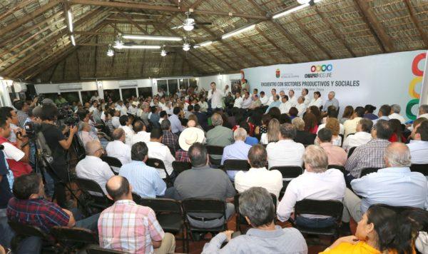 """Legisladores y senadores que aprobaron la reforma """"se esconden debajo de las piedras"""", acusa Manuel Velasco en reunión con empresarios y productores."""