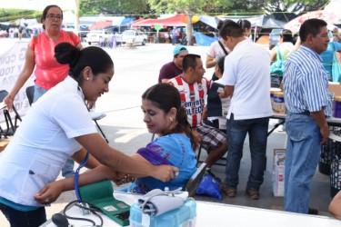 De manera voluntaria personal de salud continúa dando atención médica a los maestros y maestras en plantón. Foto: Óscar León/ Chiapas PARALELO.