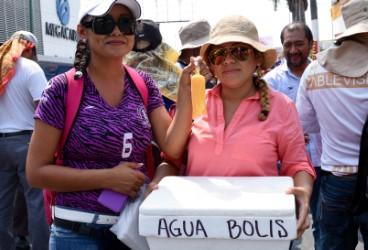 Maestras venden agua y bolis para recaudar fondos para el movimiento. Foto: Óscar León/ Chiapas PARALELO.