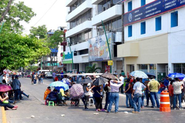 Los maestros y maestras se manifestaron afuera de las radiodifusoras y televisoras. Foto: Óscar León/ Chiapas PARALELO.