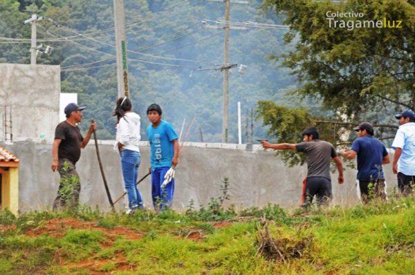 Agresores disparan a maestros y sociedad civil durante desalojo. Fotos: Colectivo Tragameluz