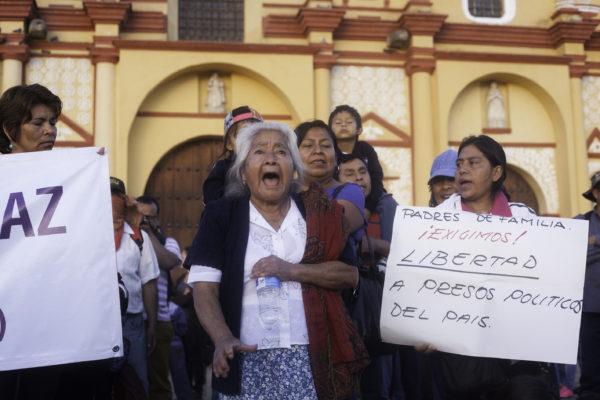 San Cristobal de Las Casas, Chiapas. 05 de julio de 2016. Cientos de Sancristobalences organizados en el comite de padres de familia de la zona Altos y simpatizantes de la teoligia de liberacion celebraron una misa en el bloqueo de los maestros de la CNTE y una marcha para exigir al gobierno federal que dialogue con los maestros, retire la amenaza de desalojo con la policia federal y llaman a la sociedad en general a apoyar al movimiento contra la reforma educativa. Foto: Moyses Zuniga Santiago.