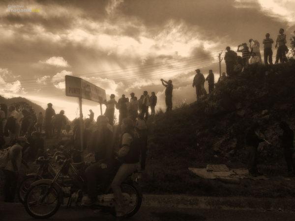 En el campamento recuperado, la sociedad civil y el magisterio presente hacen valla para recibir la mega marcha ciudadana.