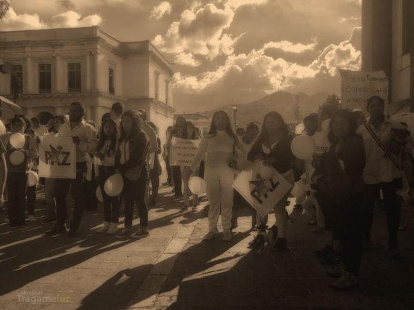 Desde tres distintos puntos de la ciudad, diferentes contingentes marcharon en San Cristóbal en contra del presidente municipal. En la foto, el contingente —que algunas personas identificaron como de la Canaco— que salió de Sedem y se unió en el parque central al grupo mayor.
