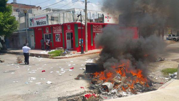 Encapuchados queman oficinas del PRI y PANAL en Chiapas. Foto: Juan Carlos Santiago