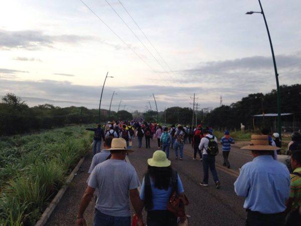 maestros arribaron al aeropuerto desde la mañana de este lunes. Foto: JLE