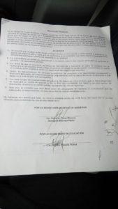 Acuerdo firmando entre estudiantes y autoridades locales. Foto: Armando de León