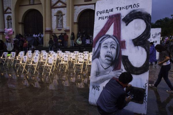 San Cristobal de Las Casas, Chiapas. 26 de septiembre de 2016. Aproximadamente mil personas de organizaciones, estudiantes, maestros e internacionales se con dos marchas, musica, poesia y proyecciones de documentales recuerdan hoy en la Plaza de La Resistencia a los 43 estudiantes de la normal rural de Ayotzinapa desaparecidos supuestamente por policias hace dos anos. Foto: Moysés Zúñiga Santiago