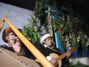 Chiotik ora por los héroes patrios. Foto: Raúl Vera